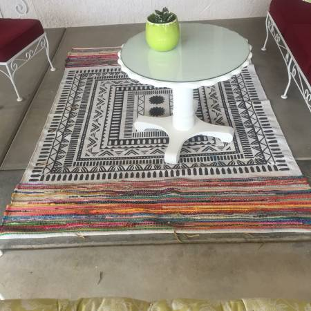 Photo Outdoor Patio Furniture - Round Table with Glass Top - $25 (sun City West)