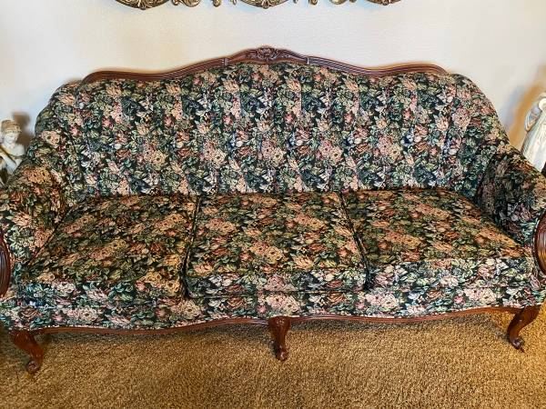 Photo Victorian style couch - $100 (Mesa)