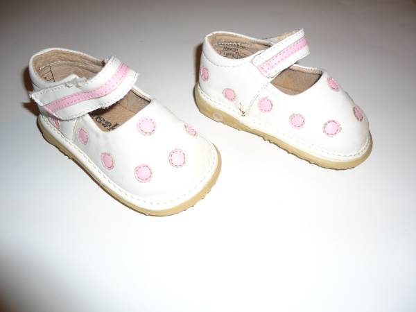 Photo (1) Pair Toddler Girls Squeaky Bow-tique Jill Shoes - Size 3 - $10 (New Kensington)