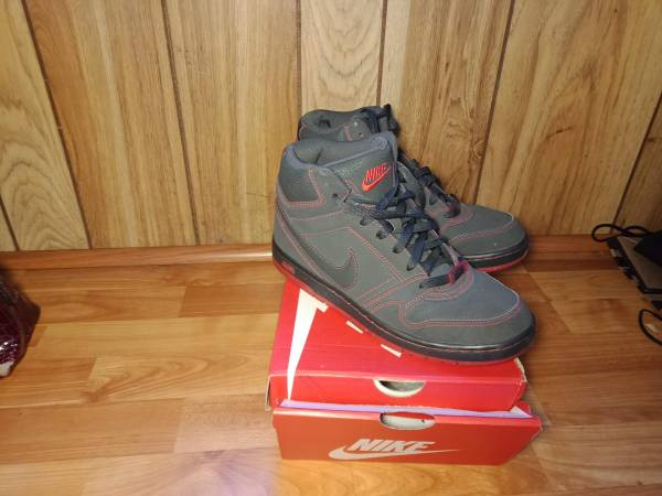 Photo Grey and red nike air - $40 (Pittsburgh)