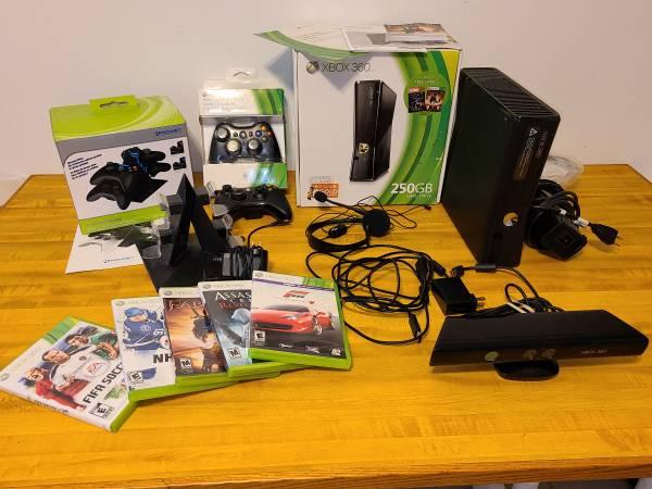 Photo XBOX 360 Bundle 2 Controllers 5 game KINECT KONNET CHARGING STATION - $120 (Latrobe)