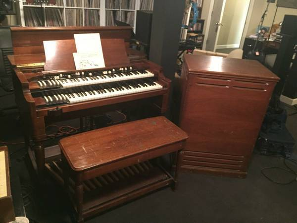 Photo a Hammond BV organ and LESLIE 122 R V speaker,pedals and Bench nice. - (Look at the MAP in this Ad)