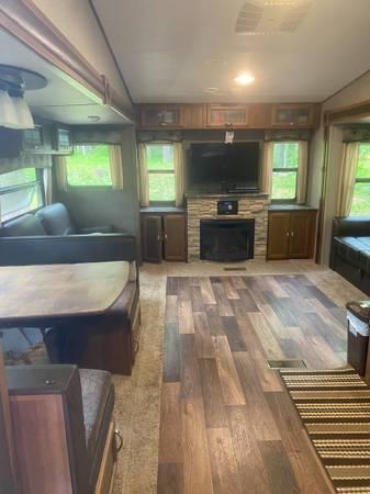 Photo 2017 keystone Springdale 5th wheel with hitch - $30,500 (West Chazy)