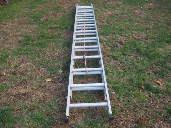 Photo 24-ft Aluminum Type III Extension Ladder - $99 (Concord NH)