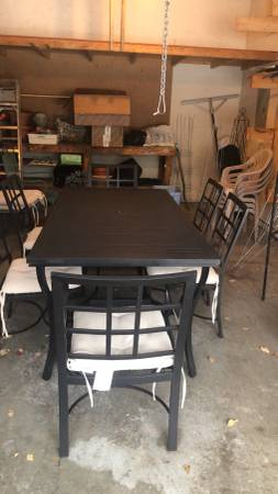 Photo Pottery barn outdoor table and 6 chairs and cushions - $250 (Plattsburgh)