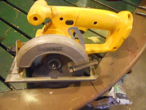Photo power tool Dewalt 18 volt saw - $7 (Raymond N.H.)