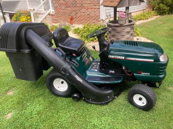Photo CRAFTSMAN LT1000 LAWN TRACTOR - WITH BAGGER - $650 (PALMERTON)