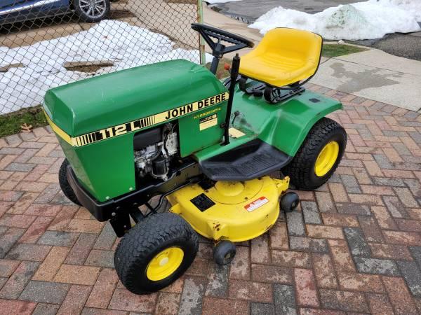 Photo John Deere 112L lawn tractor. Lawn mower. Runs Great New battery - $600 (newfoundland)