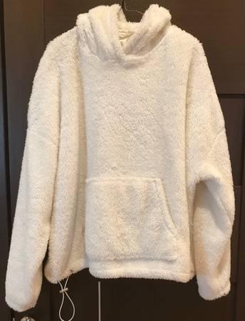 Photo Pre-owned off-white women fuzzy sweatshirt - $15 (Fair Lawn, NJ)
