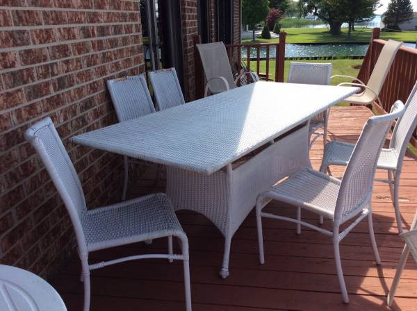 Photo 7 piece Vintage White Wicker PatioDining set with 6 chairs  1 Table - $250 (Harsens Island)