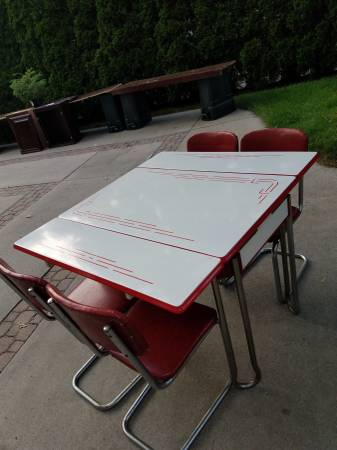 Photo Antique Vintage Kitchen Table w Chairs - $450 (Fort Gratiot)