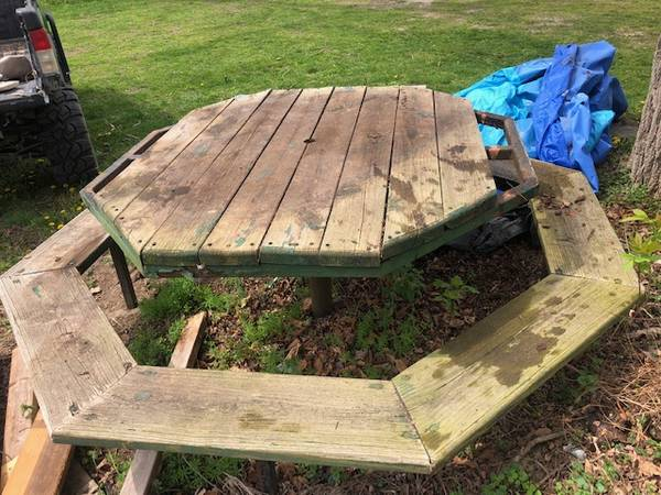 Photo OCTAGON PICNIC TABLE - $50 (RUBY)