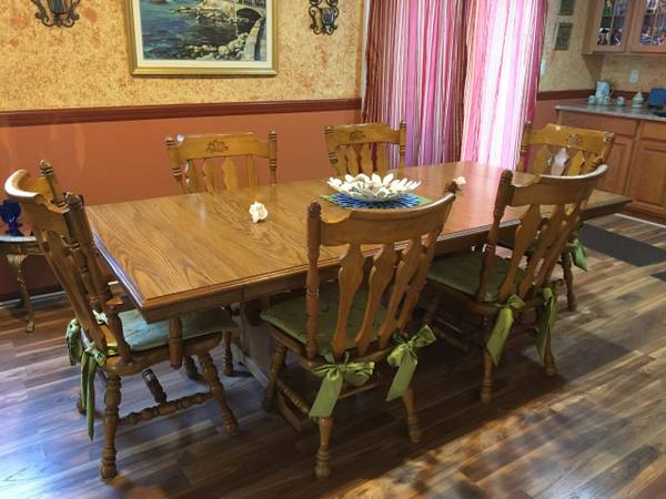 Photo Oak dining table and six chairs - $1,550 (St. Clair)