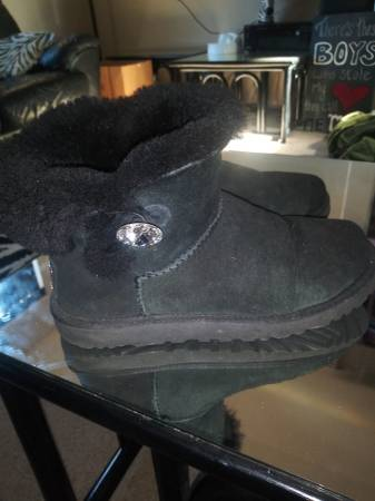 Photo Black fur short mini ugg boots rhinestone diamond button uggs 8 - $36 (Oak Grove Milwaukie)