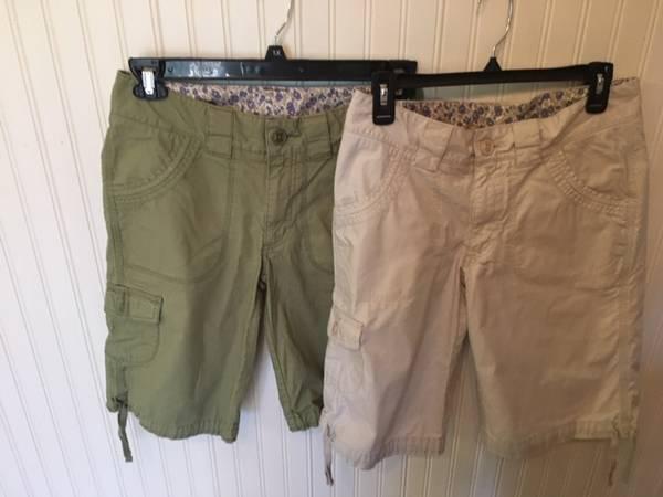 Photo Carhartt Women39s 2- Cargo Bermuda Shorts Tan and Olive Green Size 6 - $18 (Oregon City)