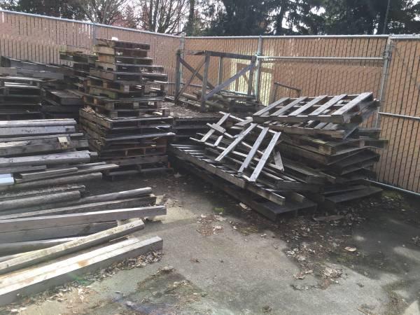 Photo Free pallet wood - (Wilsonville)