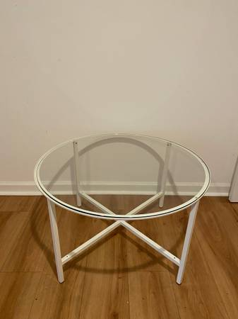 Photo Round glass and white coffee table - $70 (Portland)