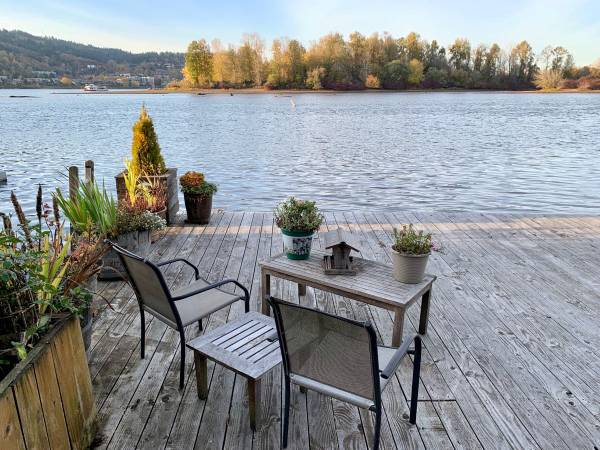 Photo Updated Houseboat in Sellwood  Oaks Park - Live In A Floating Home on the Willa (6901 SE Oaks Park Way Portland Or 97202)