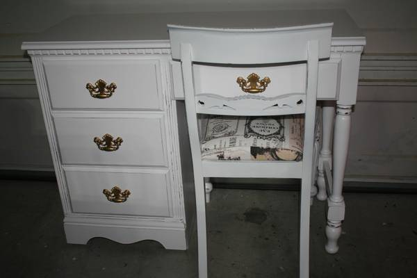 Photo White desk or vanity with chair distressed - $160 (Vancouver)