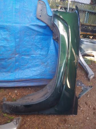 Photo green front fenders from a 2003 chevy tahoe - $100 (gresham)