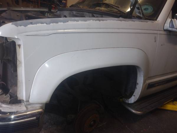 Photo white front fenders from a 1995 chevy suburban - $50 (Portland)