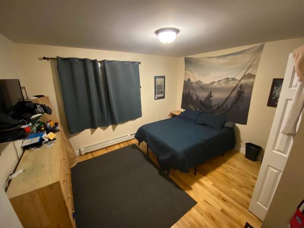 Photo Bedroom available in nice 3bed1.5 bath apartment (Old North End - Burlington)