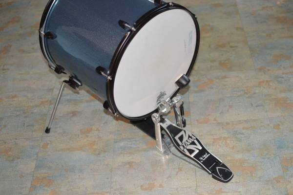 Photo 16quot CRUSH Bass Drum in TEAL SPARKLE with USA REMO head, riser and legs - $35 (prescott)