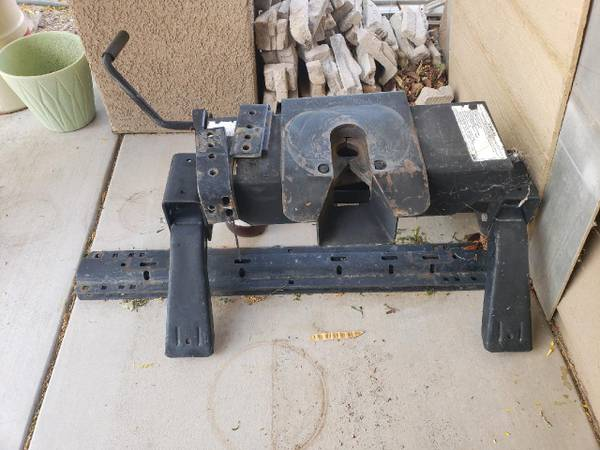 Photo Reese 16k 5th wheel hitch with rails - $200 (Gilbert)