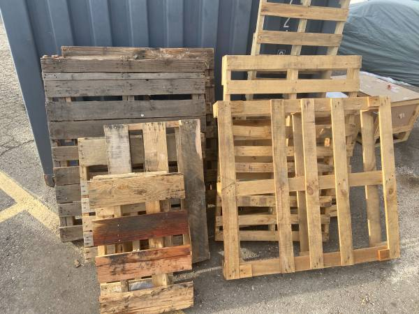 Photo Free pallets (Red Rock Nissan)
