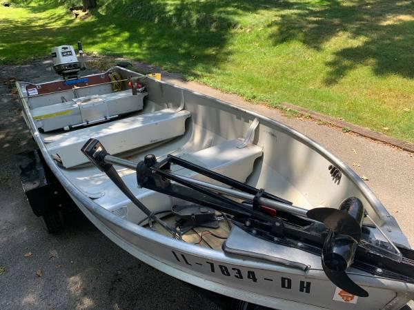 Photo 14 Foot Alumacraft Semi-V Bass Boat - $1,900 (Moline)