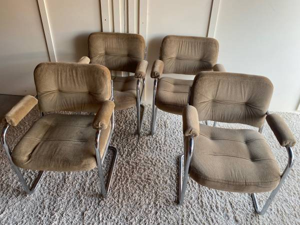 Photo Set of 4 Vintage Chrome Dining Room Kitchen Chairs Chair - $75 (Bettendorf)