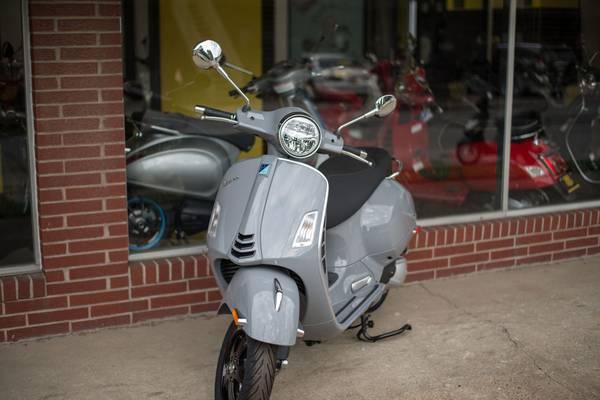 Photo Vespa GTS SuperTech 300 HPE - $8,149 (Iowa City)