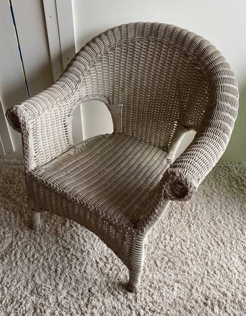 Photo White Wicker Chair - $60 (Bettendorf)