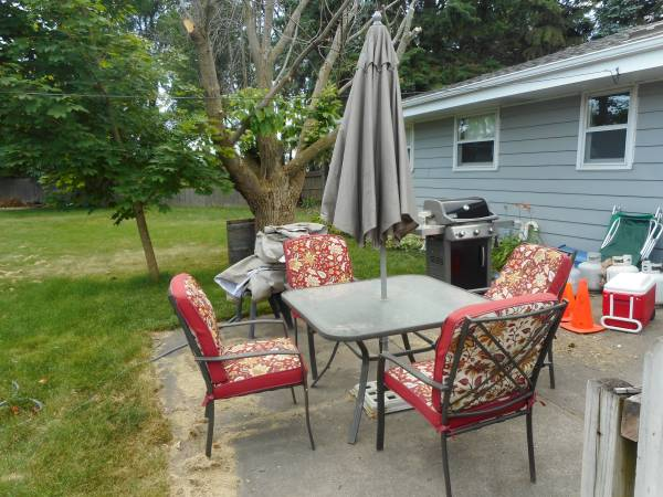 Photo Patio table with chairs - $175 (Racine)