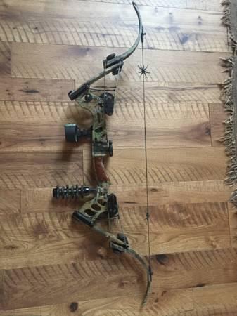 Photo RH Oneida Black Eagle ESC Compound Bow plus over $300 in accessories - $800 (LAKE GENEVA)