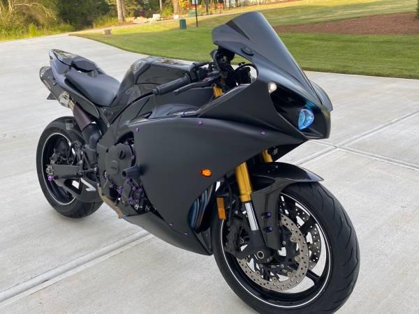 Photo 2014 Yamaha R1 - Only 3900 original miles - Tons of Carbon Fiber - $9,500 (Raleigh)