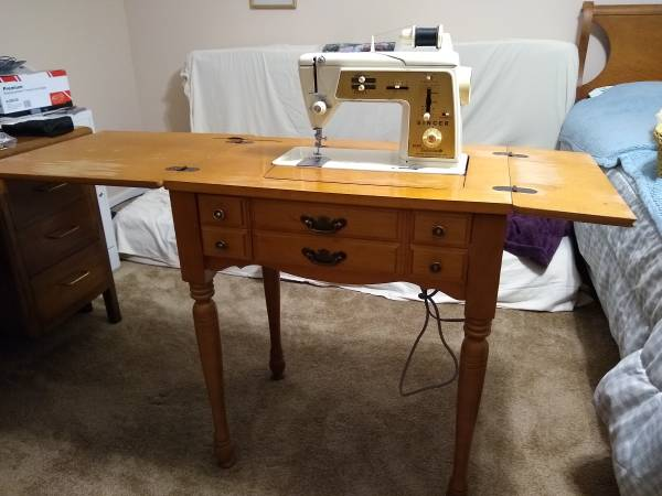 Photo Vintage Singer Sewing Machine in Hideaway Cabinet Model 640 - $50 (Cary)