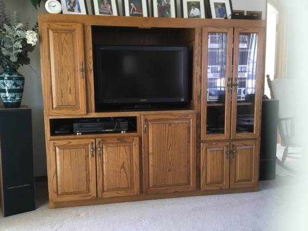 Photo Solid Oak custom made Entertainment Center - $400 (Rapid City)