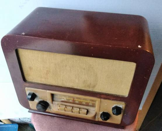 Photo 1940 silvertone WOOD tube radio plays - $25 (Bernville)