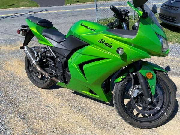 Photo 2012 Kawasaki Ninja 250r - $3,200 (Shillington)