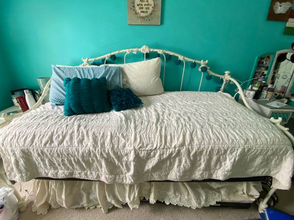 Photo Bedroom set- pottery barn dressernightstandmirror, twin day bed - $600 (Downingtown, PA)