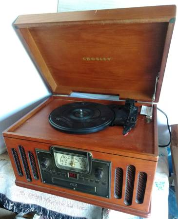 Photo Crosley33-45 record player with radio cassette and CD - $29 (bernville)