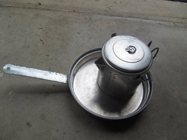 Photo vintage cfire pan and coffee pot - $8 (Pricetown)