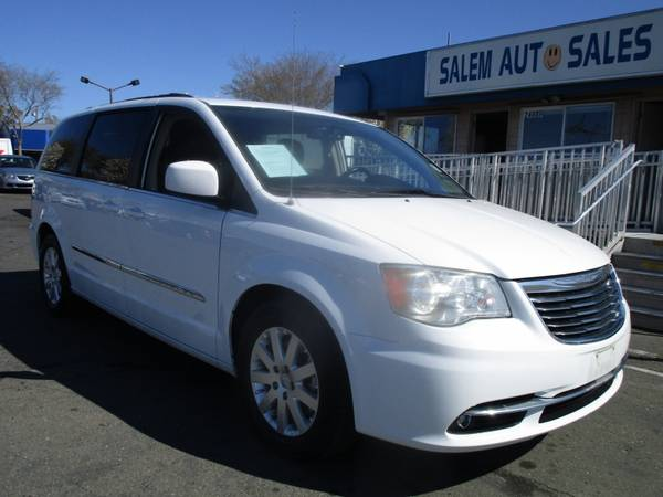 Photo 2015 Chrysler Town  Country - REAR CAMERA - DVD ENTERTAINMENT - GREAT F - $10988 (2015 Chrysler Town  Country - REAR C)