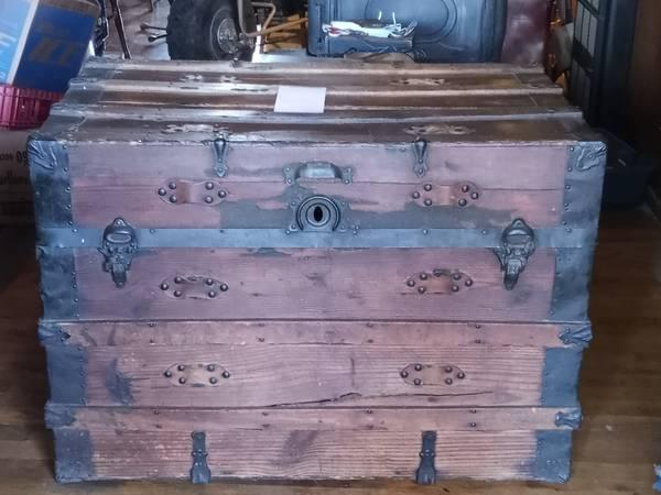 Photo Antique steamer trunks - $150 (Redding)