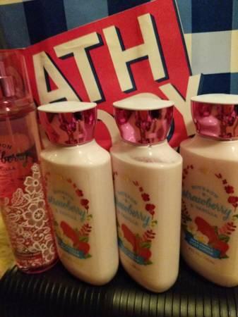 Photo New Bath and Body Works Bourbon Strawberry and Vanilla lot - $24 (Redding)