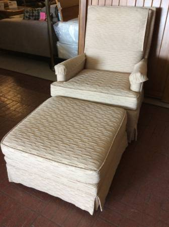 Photo Occasional arm chair with ottoman 2pc set - $70 (Red Bluff)