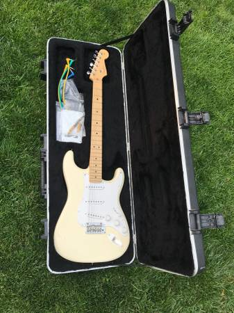 Photo 2011 Fender American Standard Stratocaster Made in USA white - $950 (Carson city)