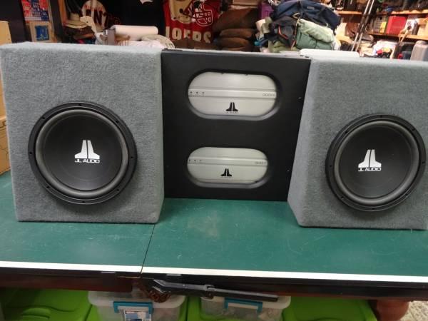 Photo JL Audio 12w3v2 subs  JL 5001  3004 lifiers in custom enclosure - $750 (NW Reno)