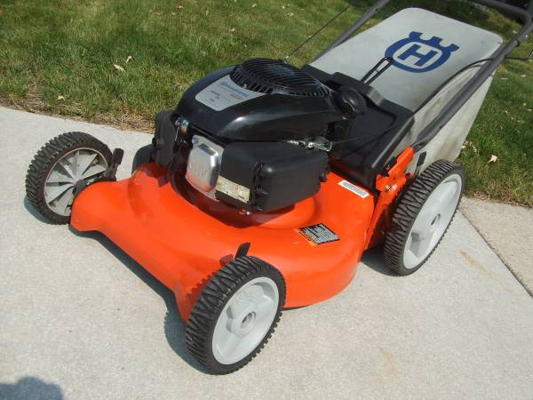 Photo Lawn mower Husqvarna 149cc rear bag - $150 (Sparks Nv.)